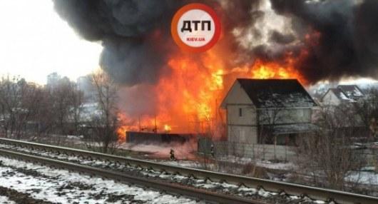 ЧП на Русановских садах: Столичные спасатели ликвидировали крупный пожар (ФОТО, ВИДЕО)